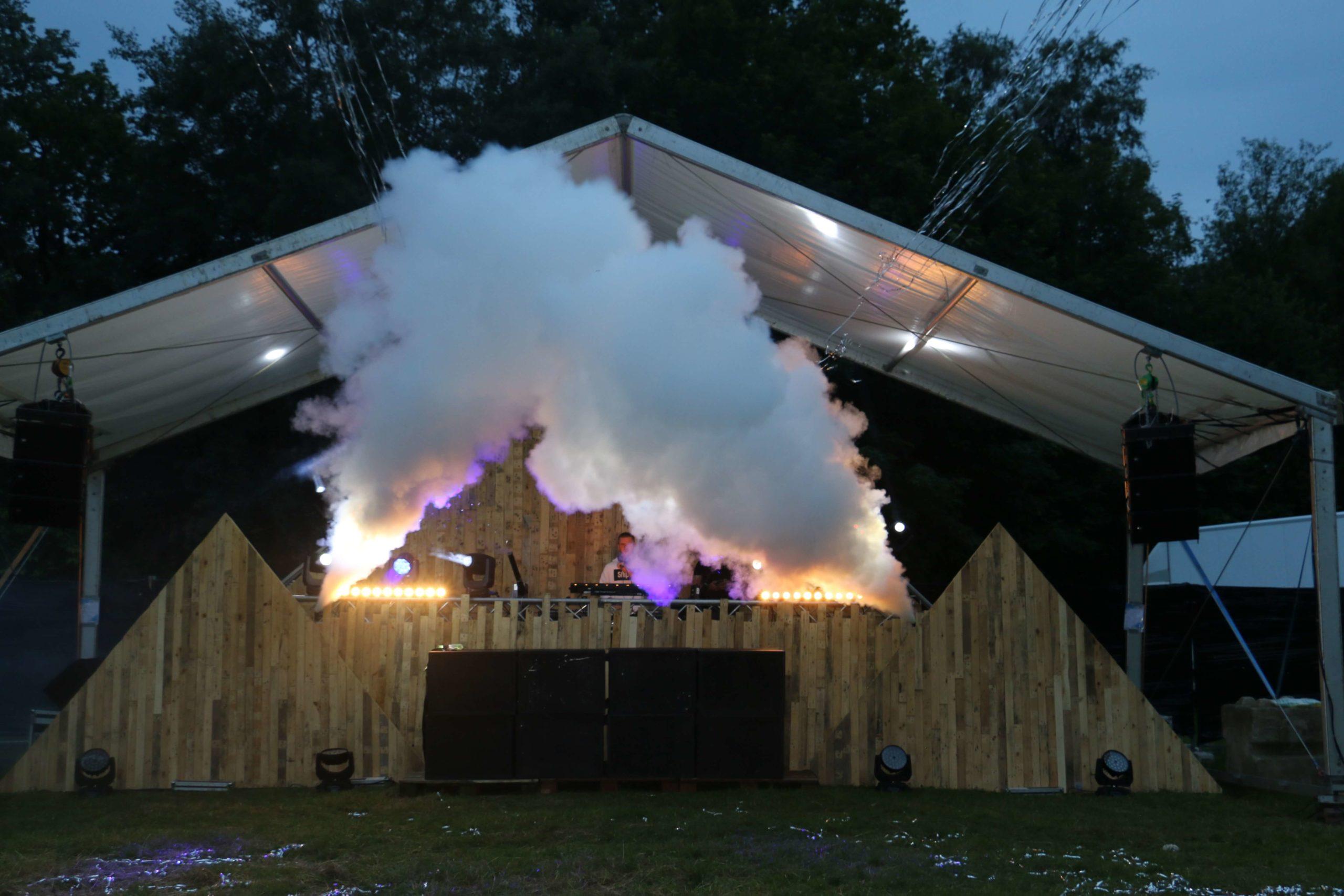 Scène en déchets de bois. Location Scène de festival